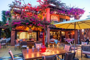 Las dos Lunas plays out summer in style